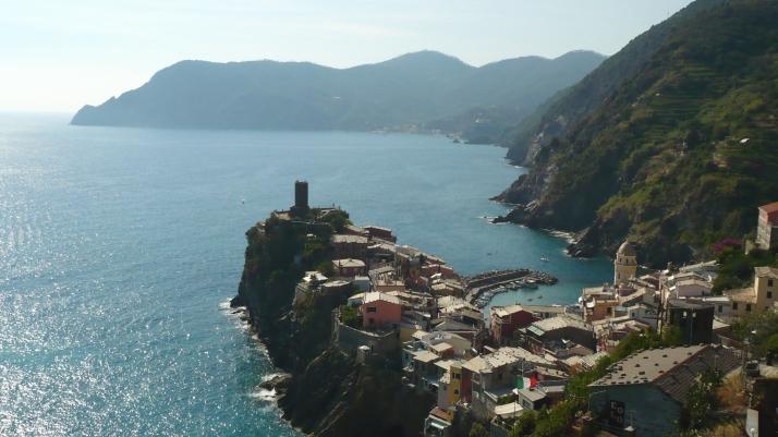 Vernazza Italie Cinque Terre vue de haut mer.jpg